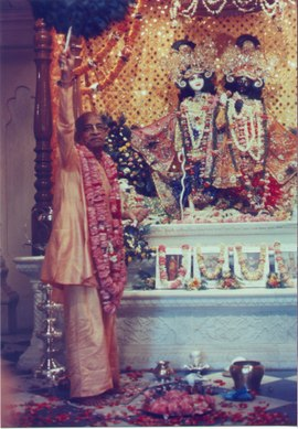 Prabhupada_at_deity_greeting4
