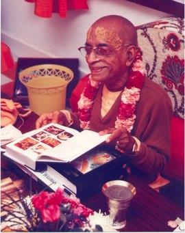 Prabhupada_looking_at_bhagavatam