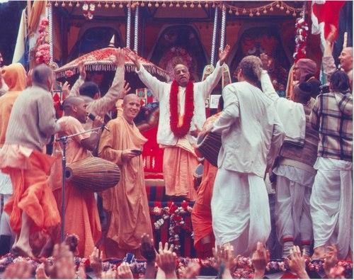 Prabhupada_at_ratha_yatra_festival