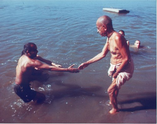 Prabhupada_bathing_in_ocean_with_kirodak